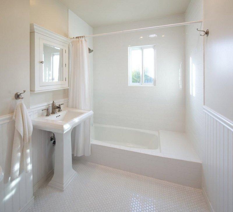 интернет-магазинов Петропавловска-Камчатского маленькие ванные комнаты обделанные белыми пластикавыми панелями решают эту проблему