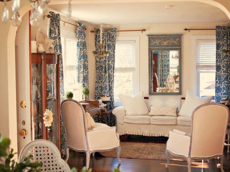 Дизайн спальни с двумя окнами