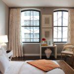 Спальня с двумя окнами - 90 фото идей элегантного дизайна