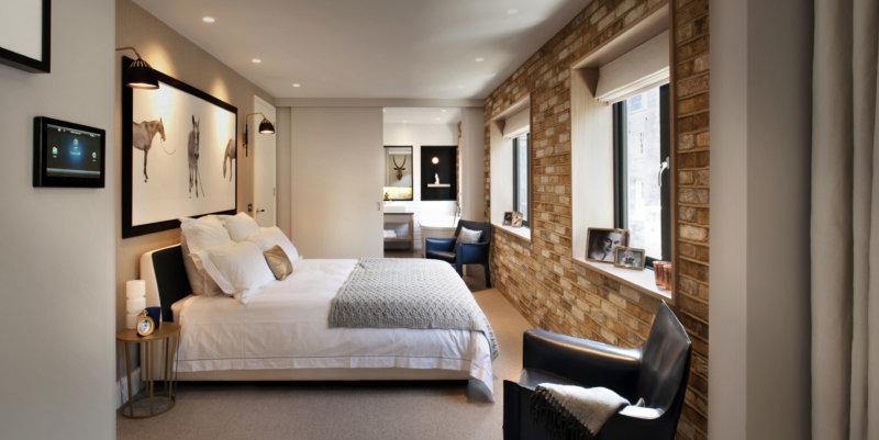Спальня с 2 окнами дизайн фото