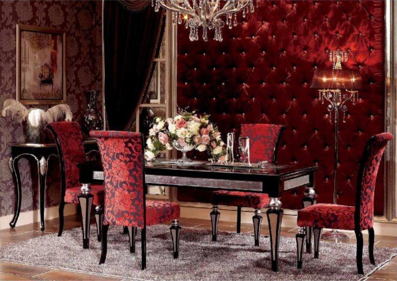 Изысканные бордовые стулья в спальне