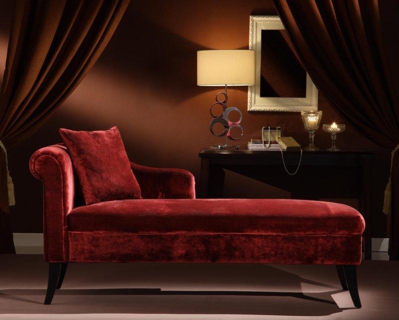 Бордовый пуфик в спальне
