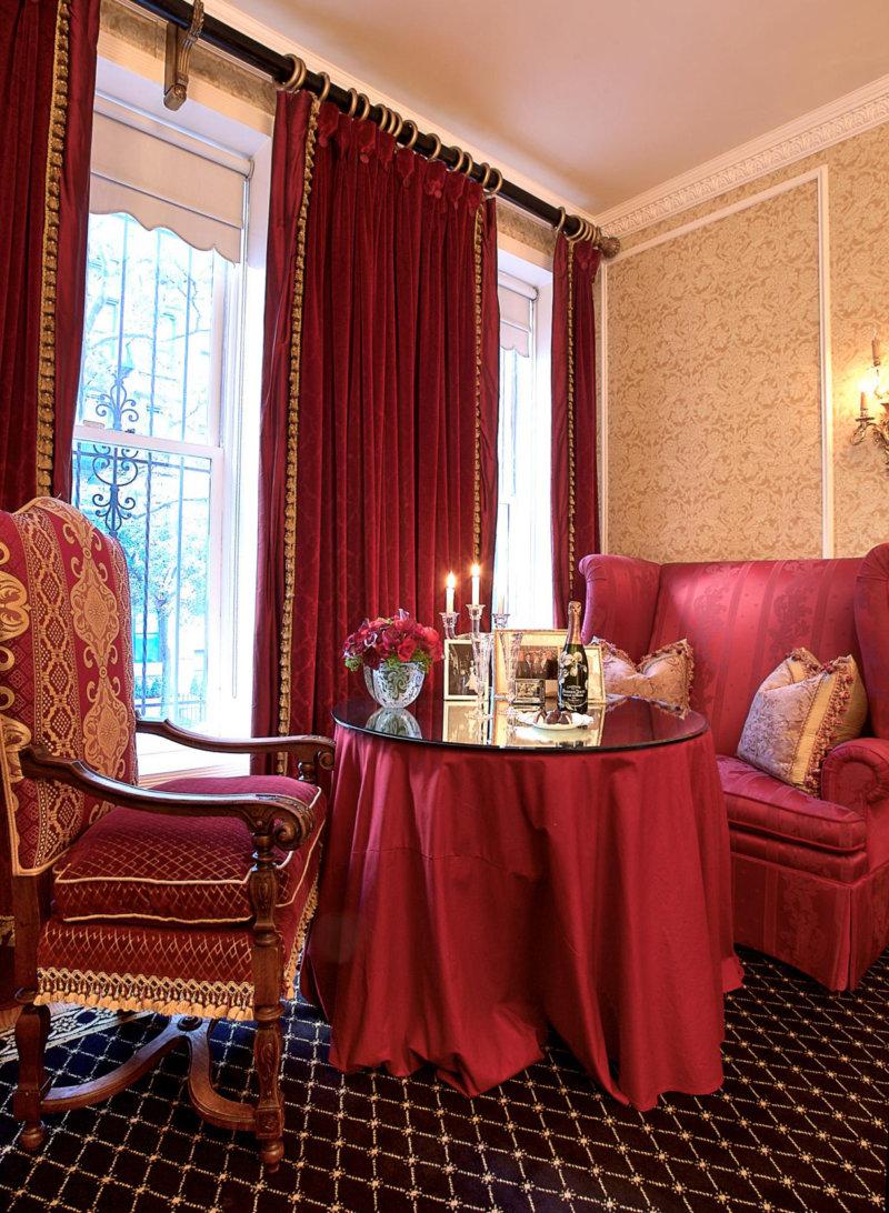 Декор в спальне бордового цвета
