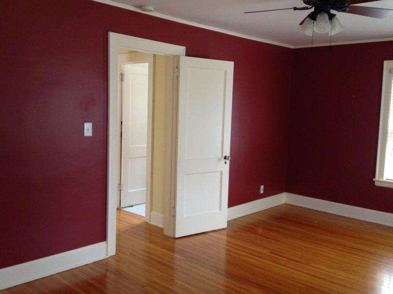 Сочетание бордового с белым в спальне