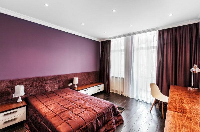 Стены с оттенком бордового цвета в спальне