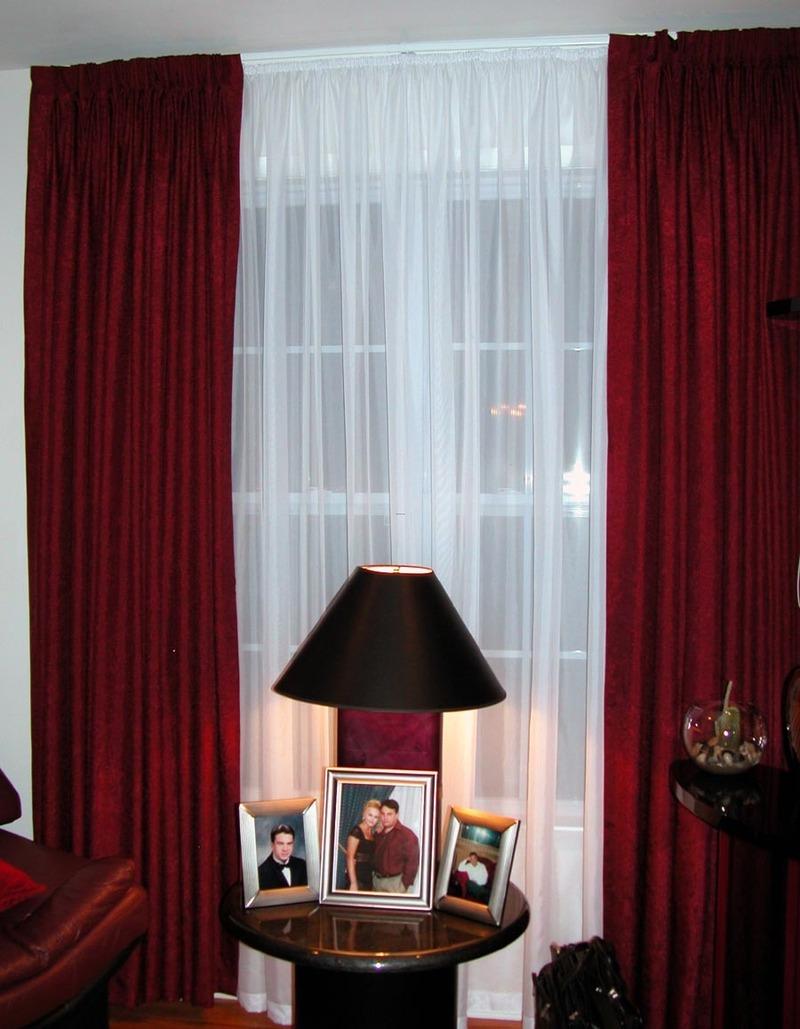 Бордовые шторы в спальне