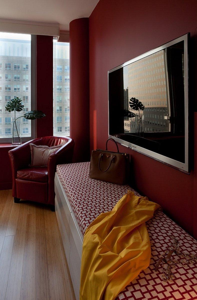 Красивые, бордовые стены в спальне