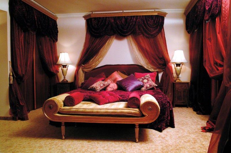 Бордовое оформление в спальне