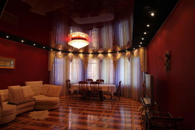 Бордовый натяжной потолок в спальне