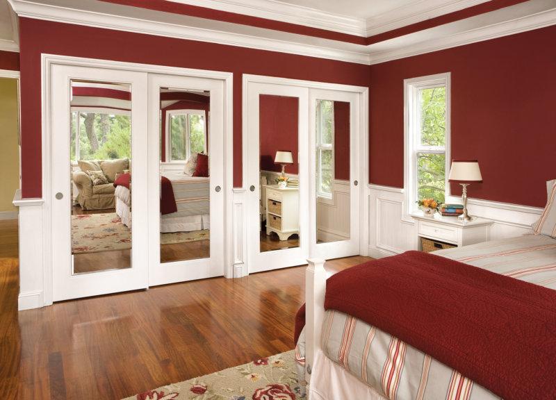 Сочетания бордового с белым на стенах в спальне